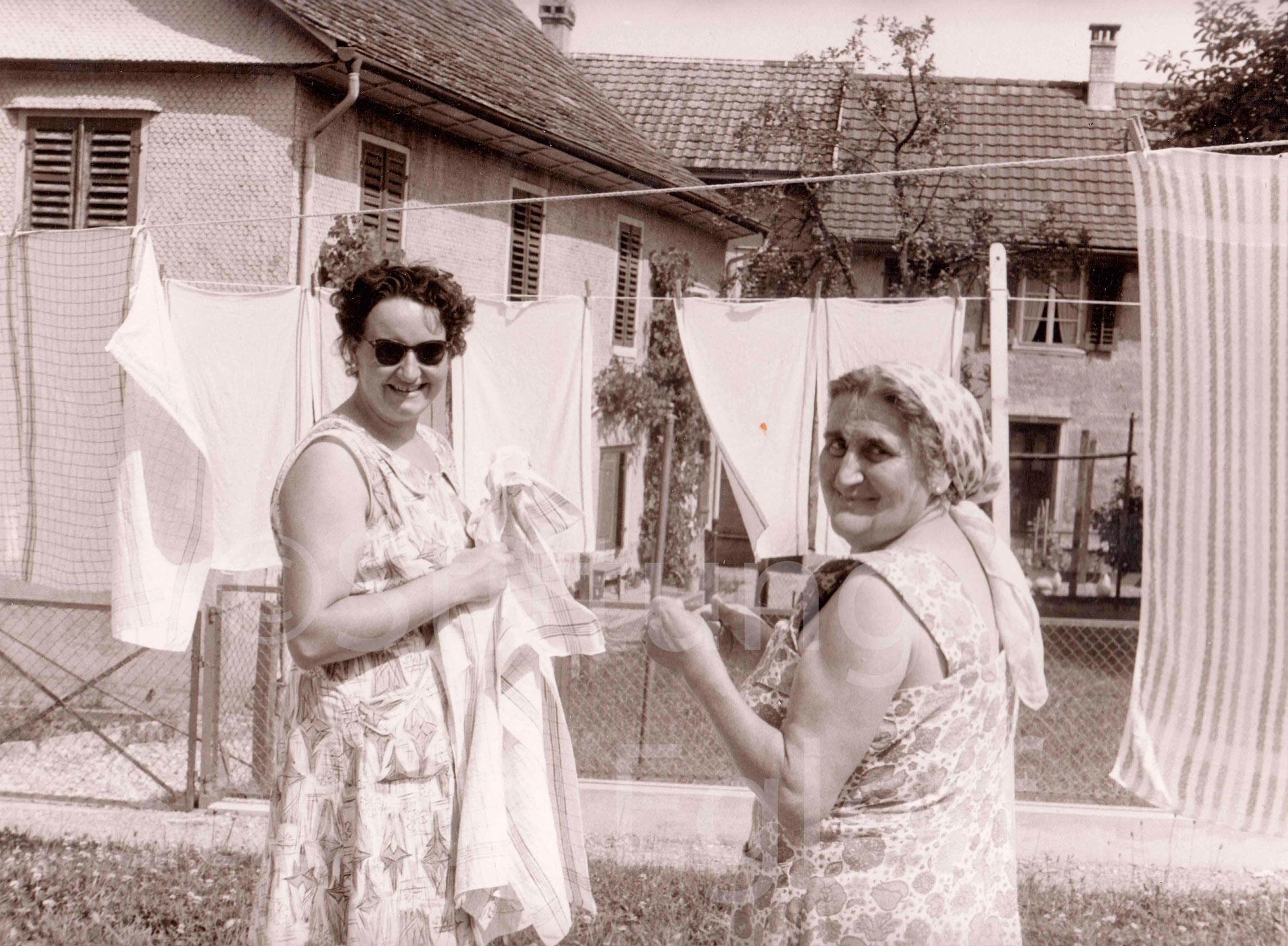 Schulwartin Egloff mit Tochter<br><br>