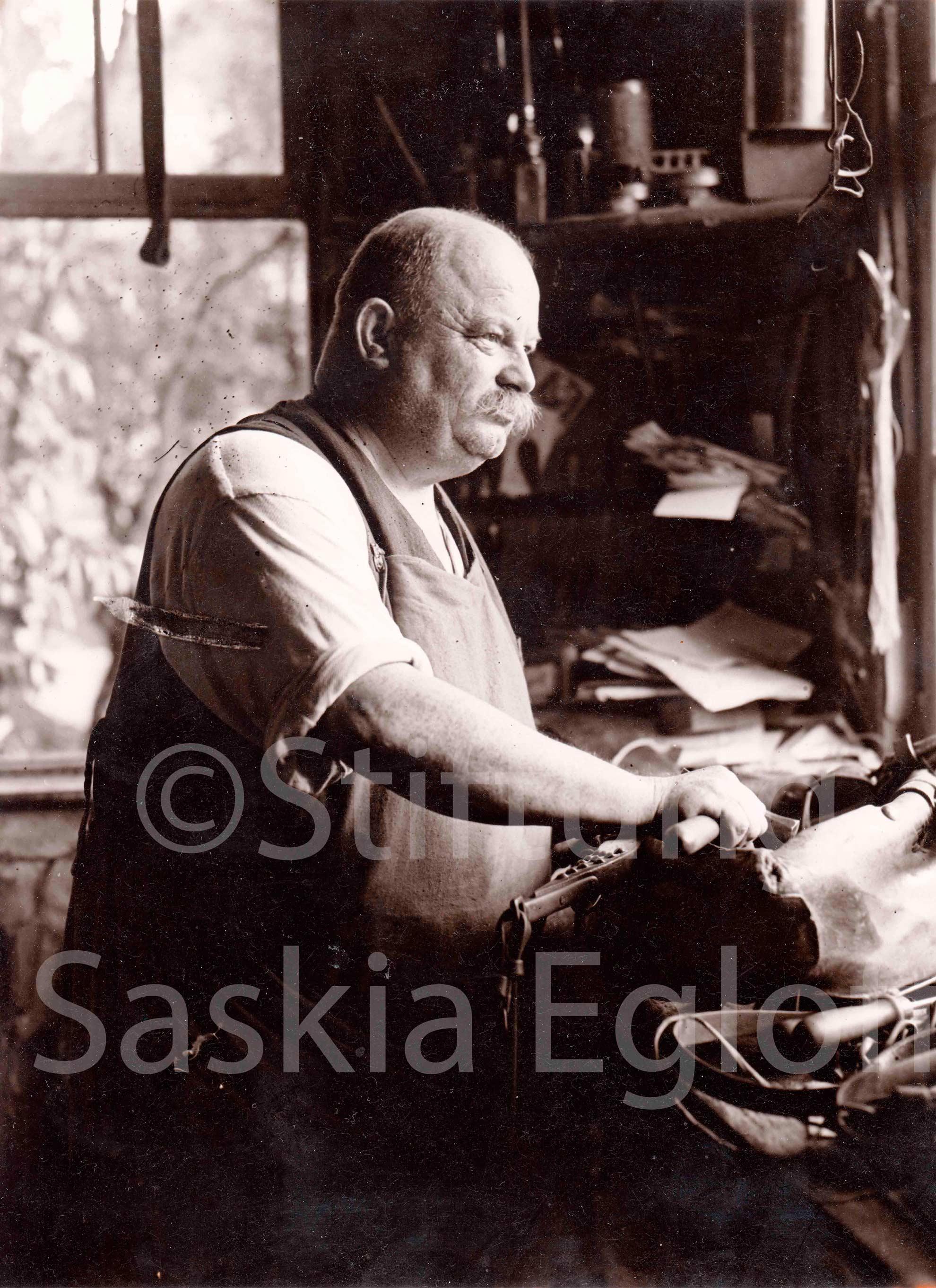 Sattler Adolf Schwarz im alten Schulhaus