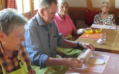 Bewohnerinnen und Bewohner backen Holzofenpizza
